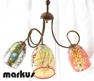 Lampadario con luci rivolte verso il basso , con tre paralumi in vetro colorato